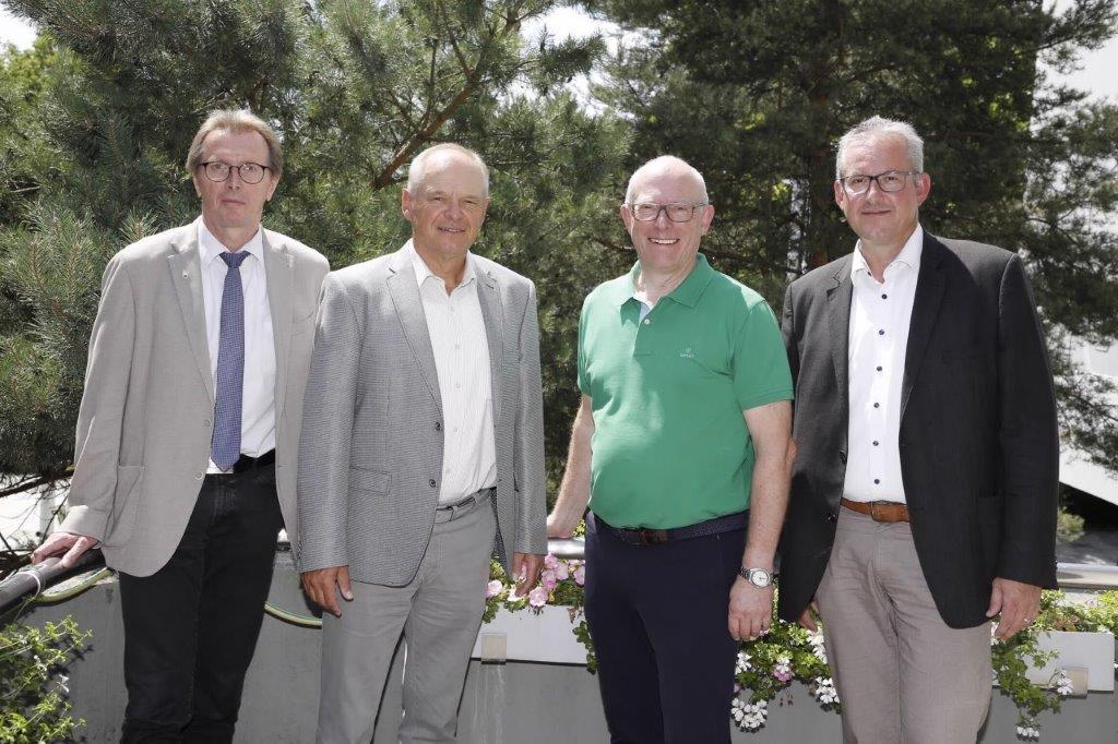 Bernhard Schreier (2.v.l.) Dr. Klaus Spiegel (3.v.l.) Matthias Renschler (rechts) Otto Steinmann (links)